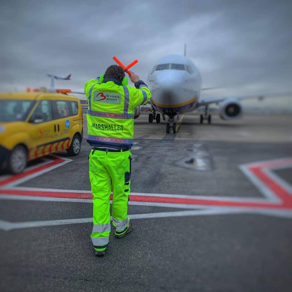 Seorang marshaller, pemandu pesawat di hanggar